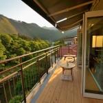 御岳渓谷を見下ろすテラス席が人気のカフェ「やお九」
